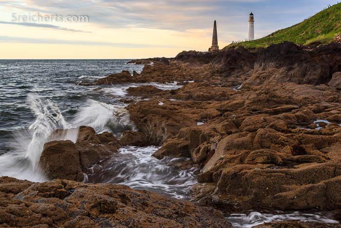 Felsen und Wellen und Leuchtturm