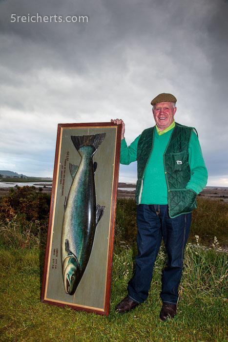 Jim Gorden mit dem Holzbild des größten Lachses, der in Spey Bay gefangen wurde