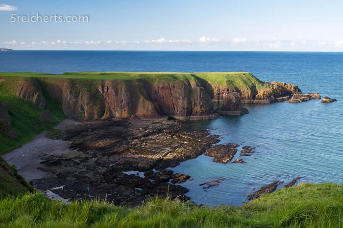 grüne Hügel und Küste, rund um das Dunnottar Castle
