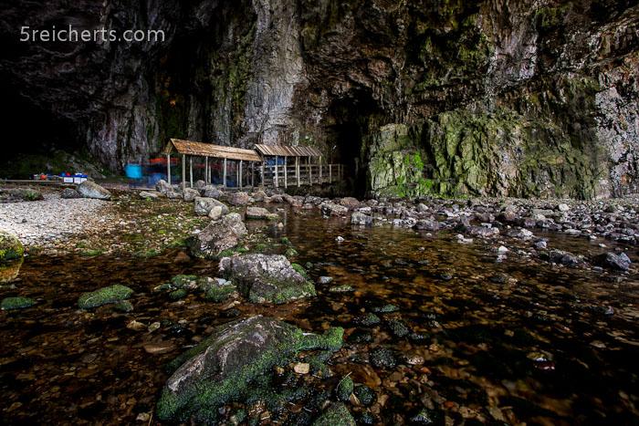 der Holzsteg, der zum Wasserfall führt