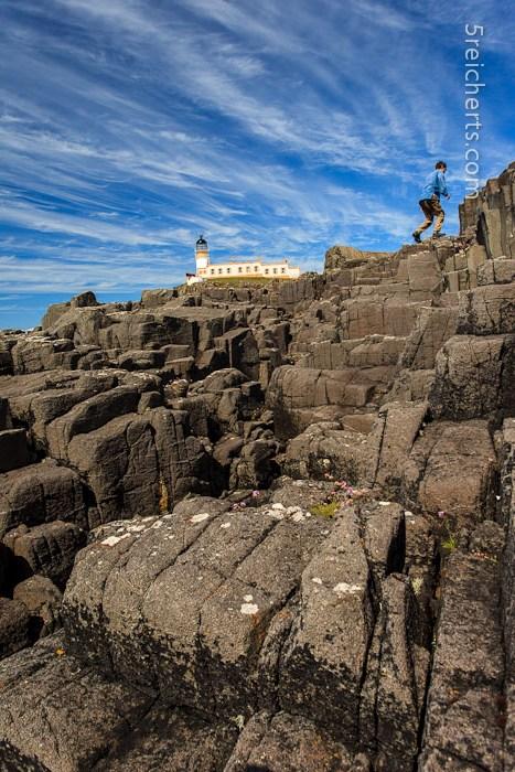 Leuchtturm mit dem Labyrinth aus großen Felsen - ein Paradies für unsere Jugendlichen:-)