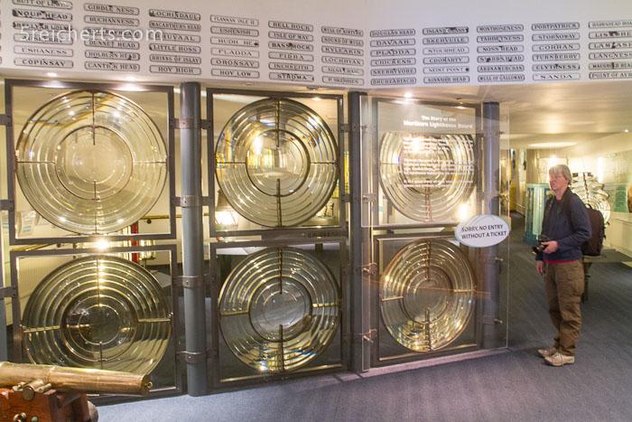 im Museum - auf den Plaketten oben die Namen aller schottischen Leuchttürme