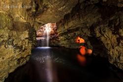 der Wasserfall in der Höhle