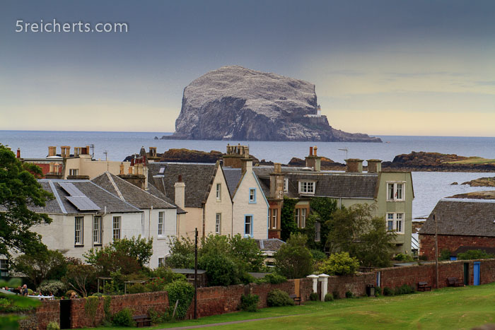 Bass Rock über den Häusern in North Berwick
