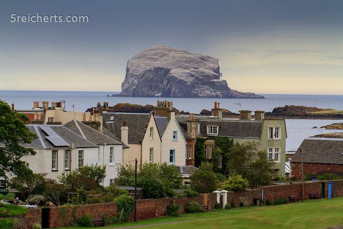 Bass Rock über den Häusern in North Berwick