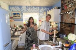 Corinne und Gabi in der Küche
