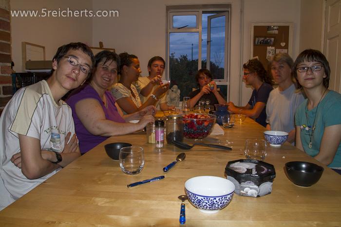 ein Tisch voller Freunde