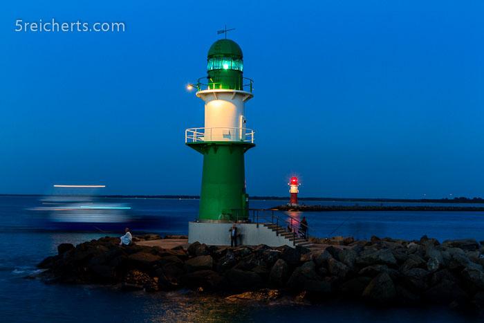 Boote passieren in der Nacht die Hafeneinfahrt, Warnemünde