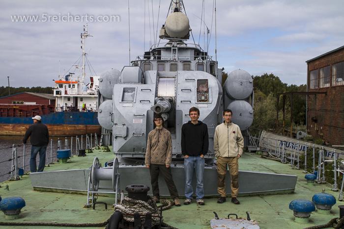 Auf einem kleinen Kriegsschiff, welches vor dem Museeumsgelände lag