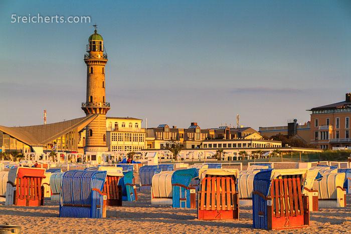 Strandkörbe und Leuchtturm in Warnemünde, Ostseeküste