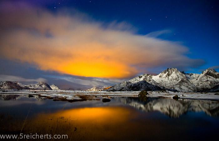 indirekte Beleuchtung der Wolke. Ein schöner Farbakzent, wenn sich kein Nordlicht findet :-)