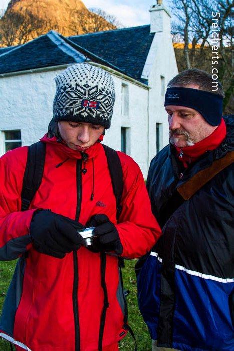 Esra und Gunter schauen nach der gefundenen Kamera