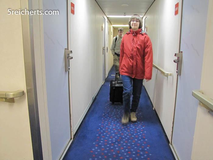 Wir tragen unser Gepäck im Bauch des Schiffes herum