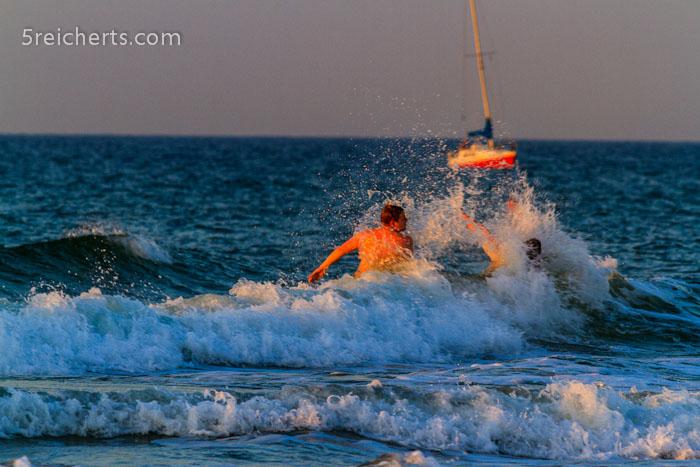 Spaß in den Wellen, Warnemünde, Ostseeküste