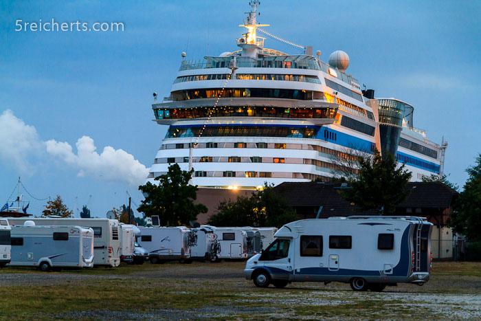 fahrbare Unterkünfte treffen aufeinander, die Aida in Warnemünde, Ostseeküste, Deutschland