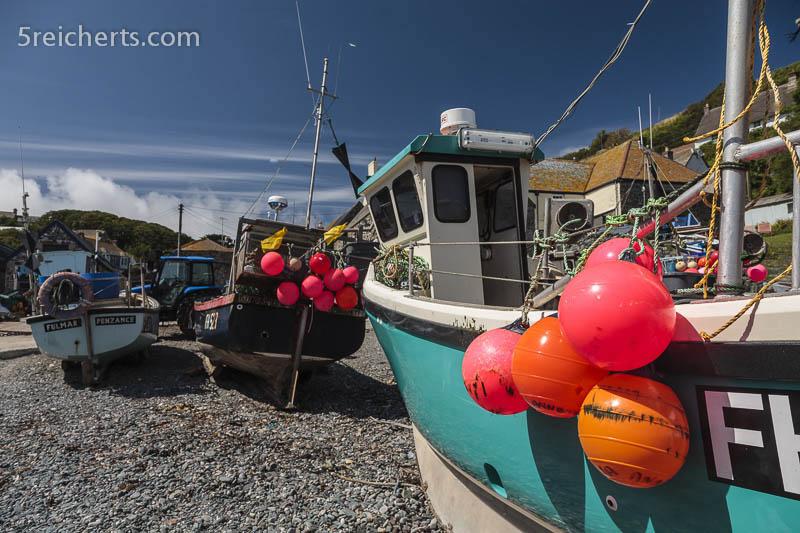 Fischerboote im Hafen von Church Cove, Lizard, Cornwall