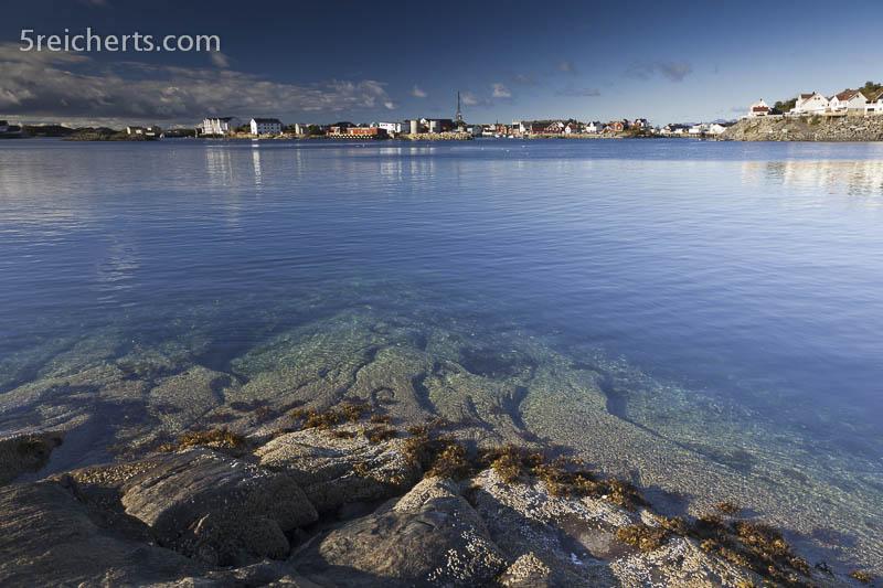 Blick über klares Wasser nach Henningsvaer