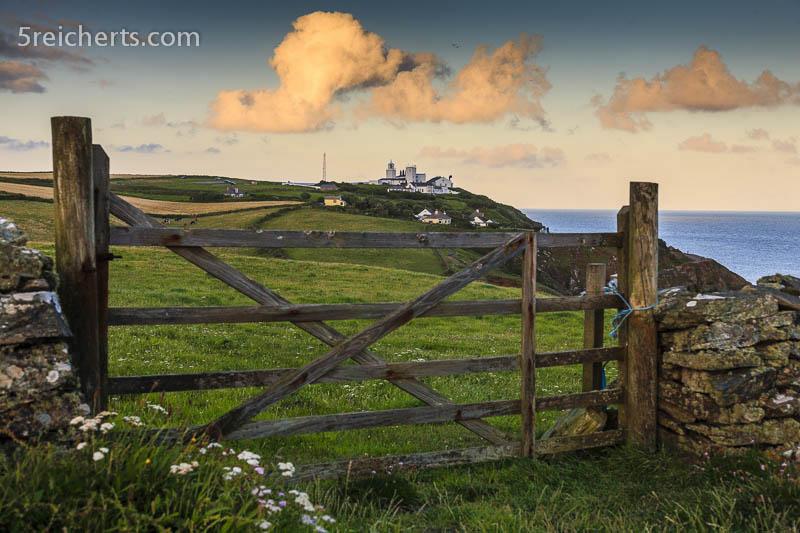 der Leuchtturm am Wanderweg, Cornwall, Großbritannien