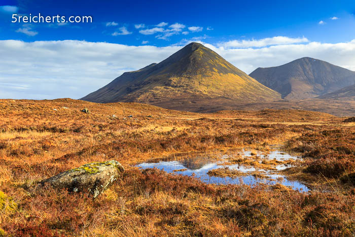 blauer Himmel auf der Isle of Skye