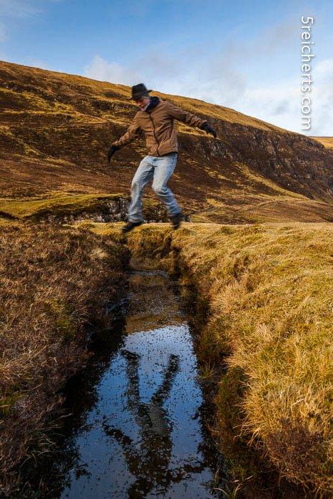 Esra springt über einen Wassergraben