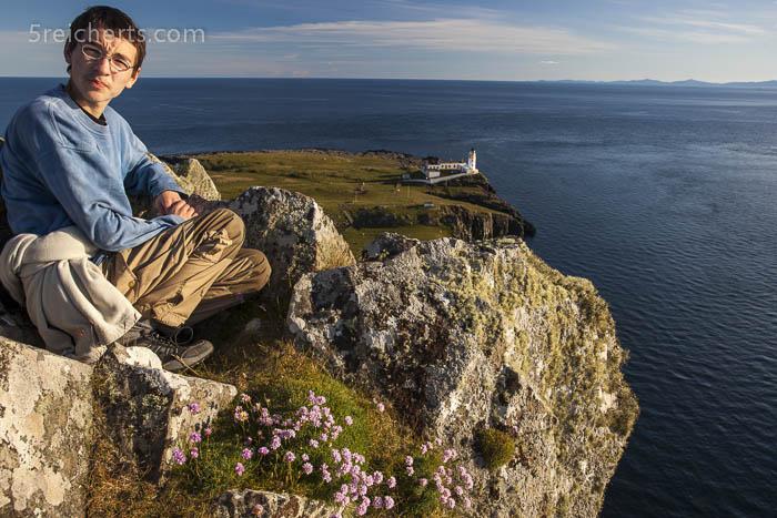 Noah am Aussichtspunkt, Neist Point, Isle of Skye, Schottland