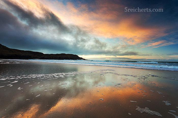 Wolkenspiegelung am Strand