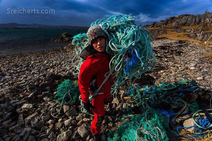 Esra schleppt schwere Fischernetze, Isle of Lewis, Schottland