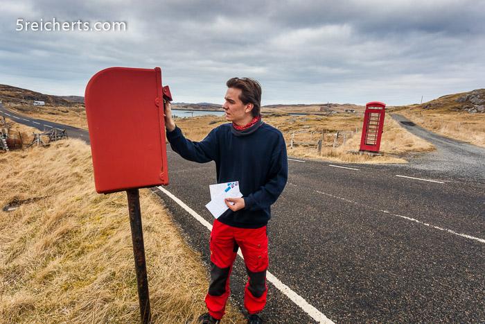Briefkasten und Telefonzelle