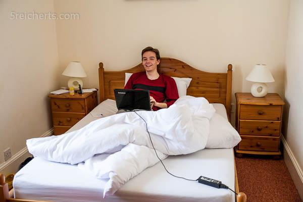 Esra mit der Freundin im Bett, haha!