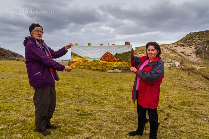 Anne und Elisabeth mit der Quilt des Iron Age Houses