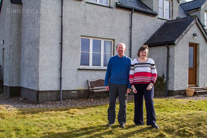 Anne und Chris vor Ihrem Haus