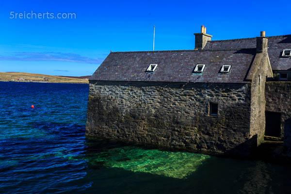 Alter Hafen Lerwick, seht Ihr die Farbe des Meers in der Sonne?