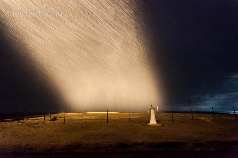 Beam, Licht des Eshaness Leuchtturms im Schneesturm, April 2013