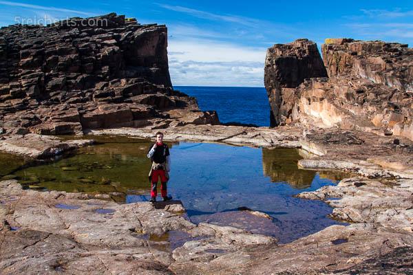 Esra vor dem Gateway der Wellen, Eshaness, Shetland