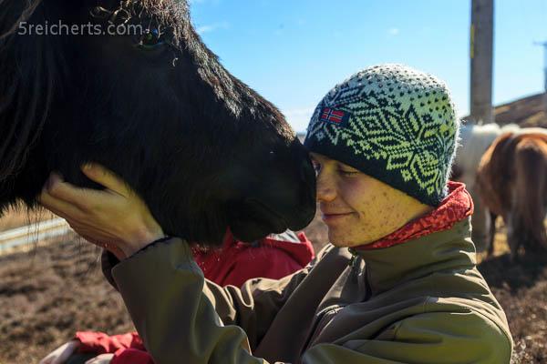 Esra schmust mit dem Pony