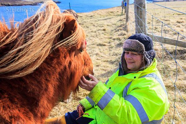 June und ein Shetland Ponie