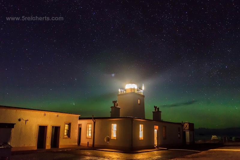 Eshaness Leuchtturm mit Sternen, Nordlicht und dem Kometen, April 2013, Shetland