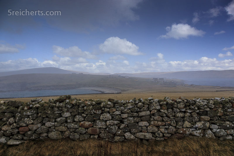 _Mitten im Schneeschauer, blauer Himmel über uns, Shetland