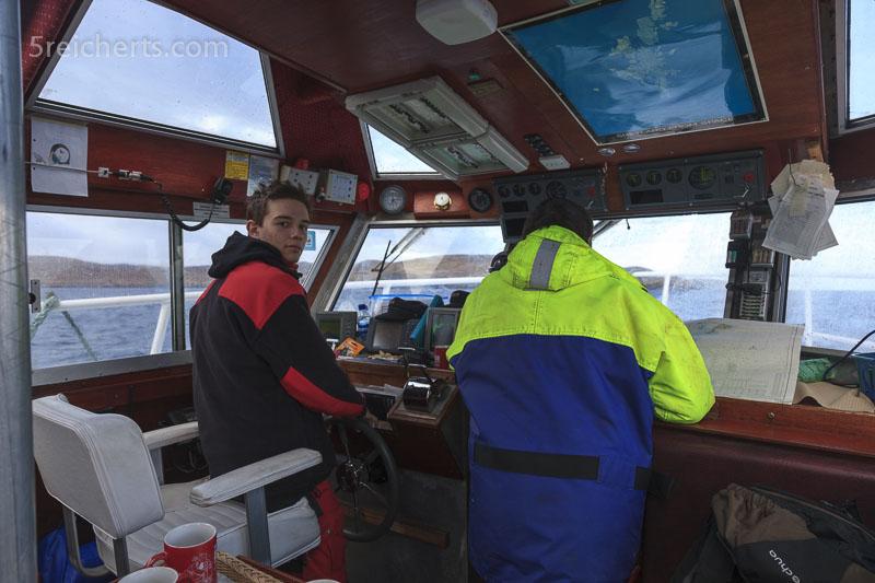 Esra darf das Boot steuern, Dunter II; Shetland