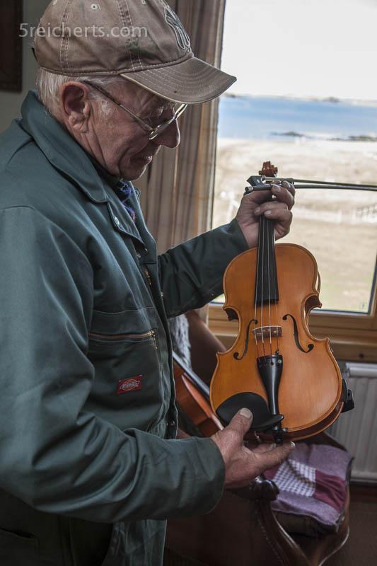 Tommy Isbister und die handgefertigte Geige, Shetland