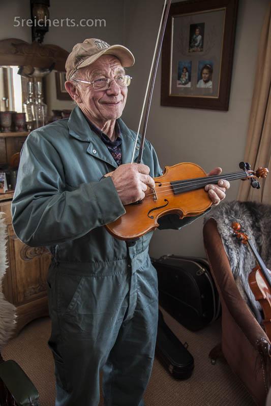 Tommy Isbister mit einer handgefertigten Geige, Shetland