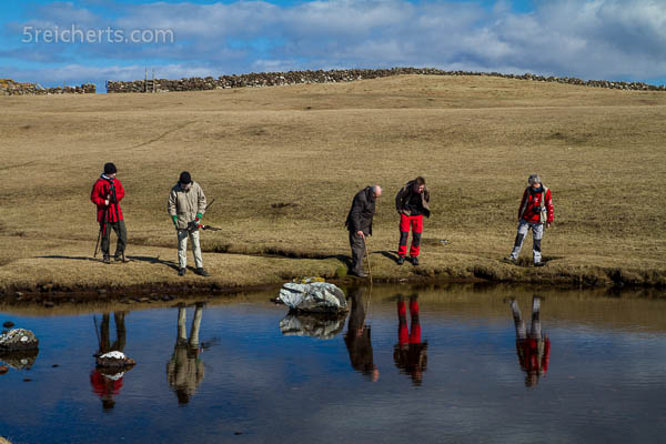 Suche nach Otterspuren, Eshaness, Shetland