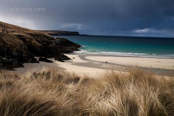 Strand und Regenweolken auf Yell