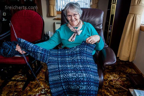 Betty strickt einen Shetland Pullover mit Fair Isle Muster