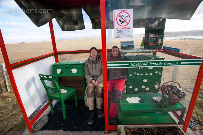 Esra und Noah in der Bushaltestelle Unst Shetland