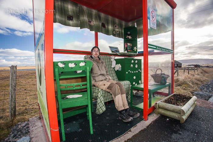 Noah in der Bushaltestelle Unst Shetland
