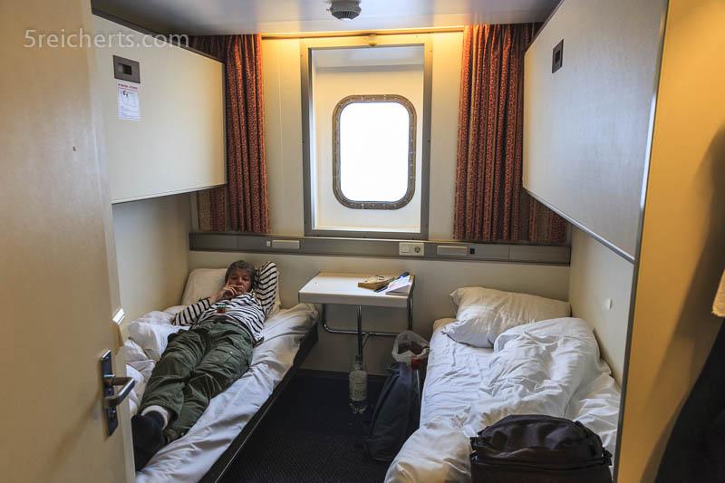 Kabine mit Fenster und Gabi Im Bett