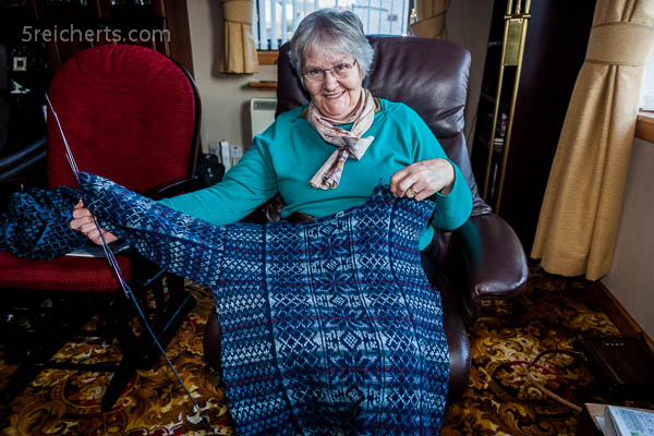 Betty strickt einen Pullover mit Fair Isle Muster