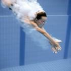 Kopfsprung im Schwimmbad
