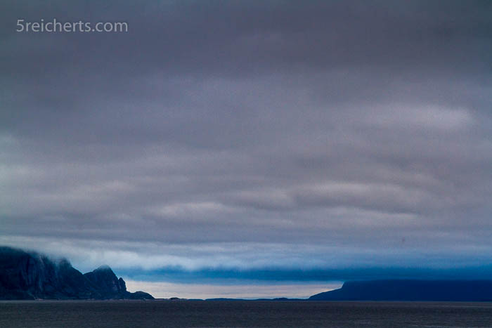 Wolken, Berge und Fjord